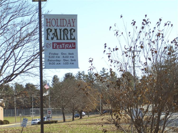 Light pole mounted Boulevard Style Banner